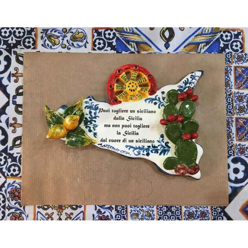Sicilia con frase e applicazioni di frutta e ficodindia